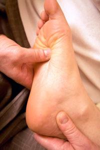 Thema Selbstmassage: Akupressur am eigenen Fuß